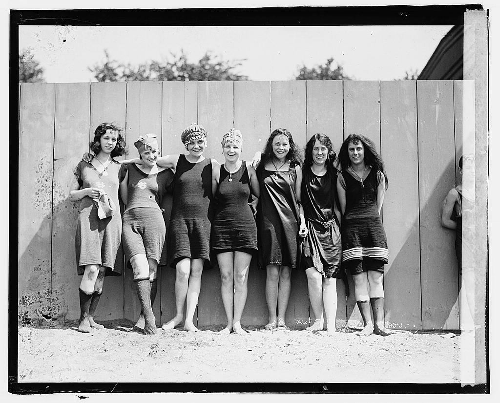 01689v----bathing beach 1920 swmming