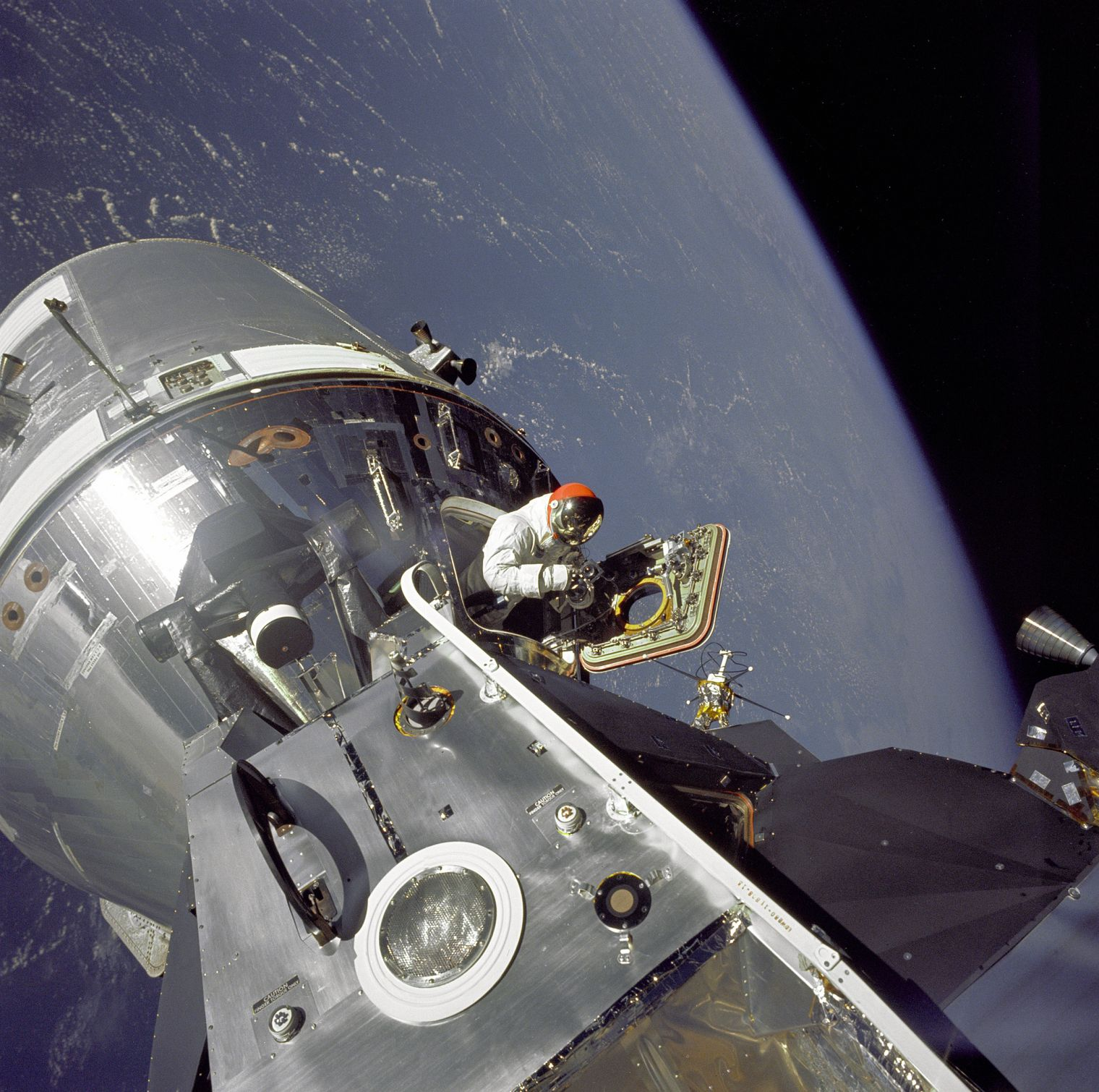 9457387671_8bc5a63e32_k----NASA-Apollo 9-space walk-space-travel-moon-star-rocket