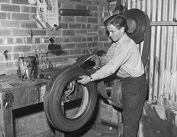 man-men-guy-national library of wales-fc-[Gwasanaeth adnewyddu hen deiars y Bangor Tyre Service, Brynllwyd, Bangor 19363299169